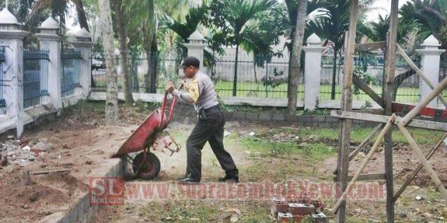 Polisi Ini Mandi Keringat  Bantu Warga Angkut Tanah