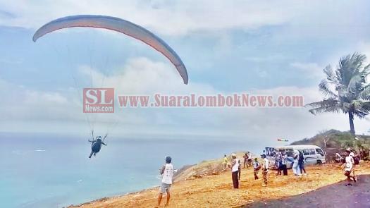 Festival Paralayang HUT ke – 72 Lombok Tengah Berlangsung Meriah