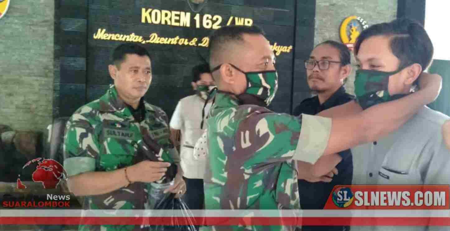 Bersama Perang Melawan Corona, Wartawan di Kota Mataram Dapat Masker Loreng Dari TNI