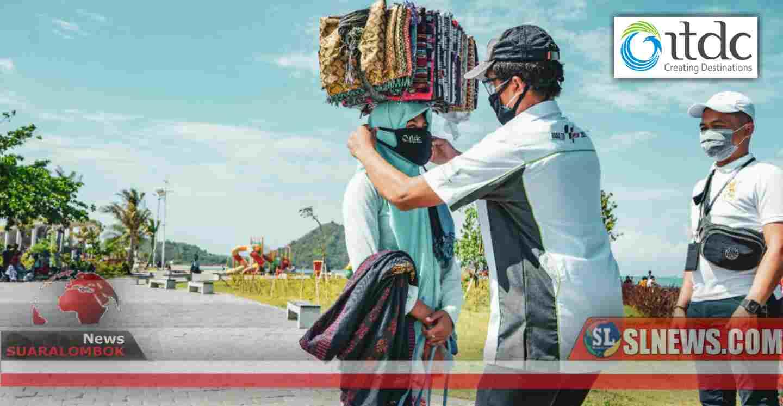 Pertahankan The Mandalika Bebas Covid-19, ITDC Bagi - Bagi Masker ke Pedagang Asongan