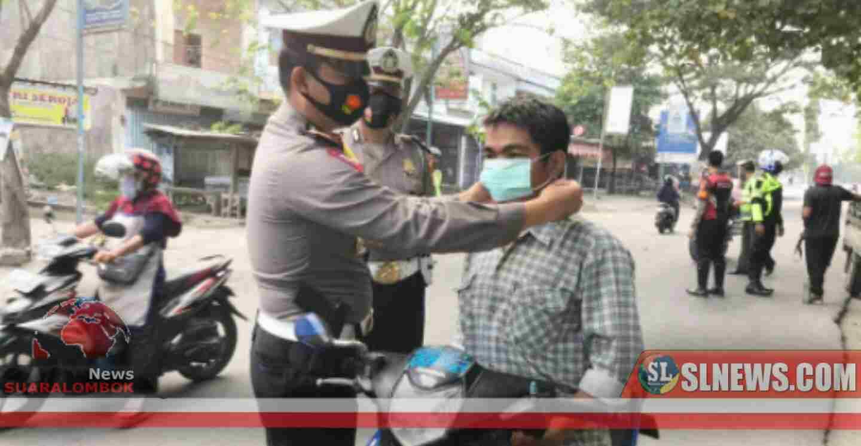 Ops Patuh Gatarin 2020, Polisi di Lombok Tengah Bagi-bagi Masker ke Pengendara