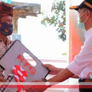 Warga Korban Gempa di NTB Terima Kunci Huntap Dari Menko PMK