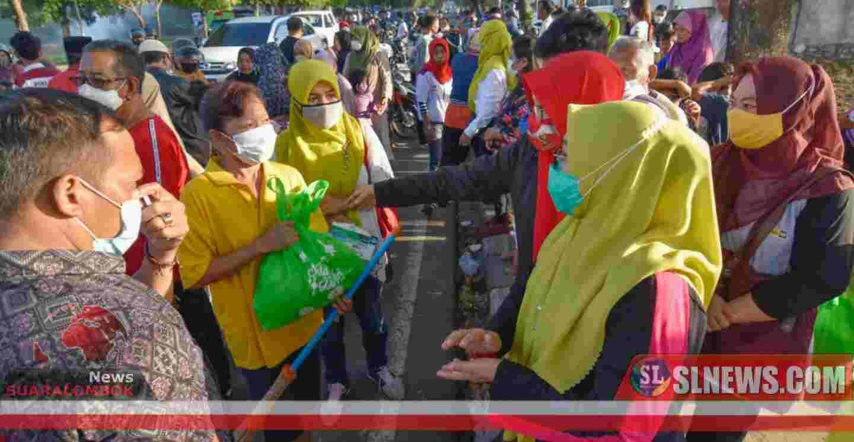 HUT ke - 27 Kota Mataram, Selly - Manan Bagikan Paket Sembako dan Sarapan Bareng Masyarakat