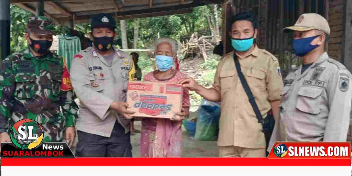 Penyaluran bantuan paket Sembako kepada warga Desa Tumpak