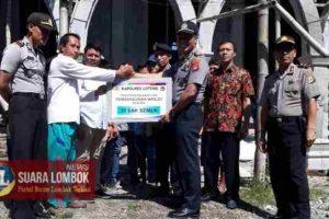 Polisi di Lombok Tengah Pikul Semen ke Masjid