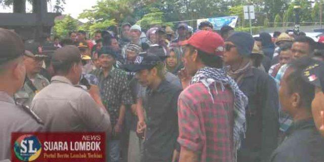 Kantor Bupati dan DPRD Lombok Tengah Dikepung Warga Penentang dan Pendukung Kades Ungga