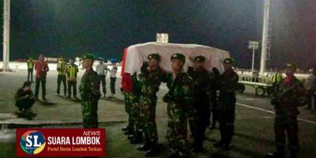 Anggota Kopasus Asal Bima Yang Gugur Ditembak KKB Tiba di Bandara LIA