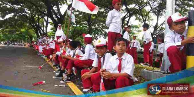 Presiden Jokowi Disambut Antusias Ratusan Siswa Saat Kunker di Lombok