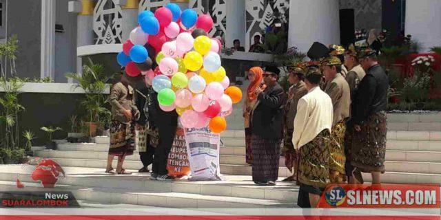 Suhaili Lepas Balon ke Udara di Perayaan Hari Jadi ke – 74 Lombok Tengah