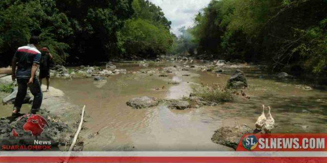 Bau Busuk Limbah PDAM Lombok Tengah di Sungai Penujak Menyengat