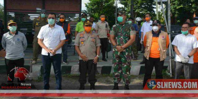 Cegah Covid-19, Gubernur NTB, Danrem dan Kapolda Semprot Disinfektan Dipasar di Kota Mataram