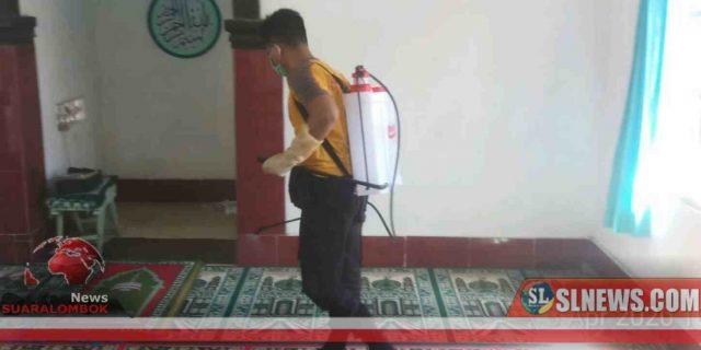 Bersama Perang Melawan Corona, Polisi di Lombok Tengah Kepung Musolla Dengan Disinfektan