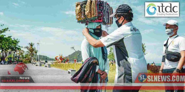 Pertahankan The Mandalika Bebas Covid-19, ITDC Bagi – Bagi Masker ke Pedagang Asongan