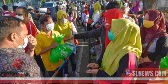 HUT ke – 27 Kota Mataram, Selly – Manan Bagikan Paket Sembako dan Sarapan Bareng Masyarakat