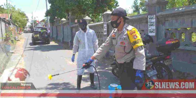 Bhabinkamtibmas di Lombok Tengah Basmi Corona Dengan Disinfektan