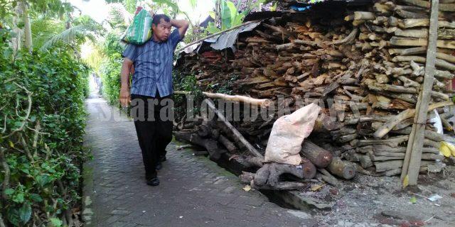 Kapolda NTB, Pikul Beras ke Rumah Amaq Saini