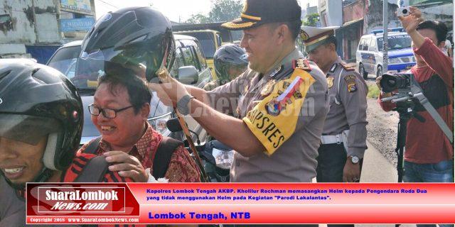 Kapolres Lombok Tengah Bagi – bagi Helm kepada Pengendara