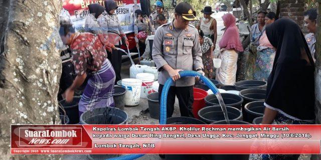 Musim Kemarau, Polres Lombok Tengah Bagi – bagi Air Bersih Kepada Warga
